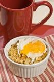 Bakad makaroni och ost med det tjuvjagade ägget Royaltyfria Foton
