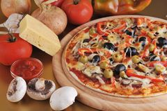 bakad ny pizza Arkivfoton