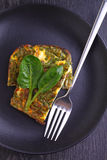 Bakad omelett med spenat Arkivbild