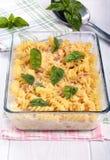 Bakad pasta med ost och skinka arkivfoton