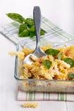 Bakad pasta med ost och skinka arkivfoto