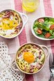 Bakad pastaspagetticarbonara med äggula, ost och bacon Royaltyfria Bilder