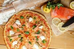Bakad pizza med laxen och feta och ingredienser traditionell matitalienare Royaltyfria Foton