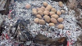 Bakad potatis i brand arkivfilmer