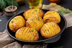 Bakad potatis med örter på svart bakgrund Strikt vegetarianmat arkivfoto