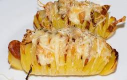 Bakad potatis med bacon, korven, löken och ost Royaltyfri Bild