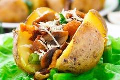 Bakad potatis med bacon och champinjoner Arkivfoto