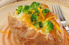 Bakad potatis med broccoli och ost arkivfoton