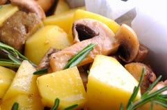 Bakad potatis med champinjoner arkivfoto