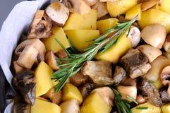 Bakad potatis med champinjoner arkivfoton