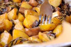 Bakad potatis med champinjoner royaltyfria bilder