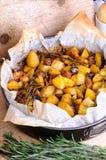 Bakad potatis med champinjoner arkivbild