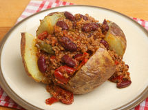 Bakad potatis med chili con carne arkivbild