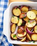 Bakad potatis med den röda löken royaltyfri fotografi