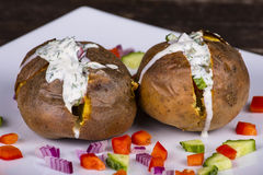 Bakad potatis med grönsaker och gräddfil Fotografering för Bildbyråer