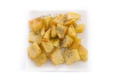 Bakad potatis med oreganon arkivbilder