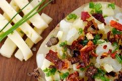 Bakad potatis med ost fotografering för bildbyråer