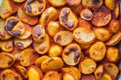 Bakad potatis med röd peppar, matbakgrund royaltyfri foto