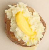 Bakad potatis med smör arkivfoto