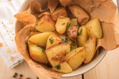 Bakad potatis med vitlök i en pannanärbild, horisontalsikt Arkivbilder