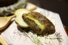 Bakad potatis ombord arkivfoton
