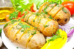 Bakad potatis på en platta arkivbilder