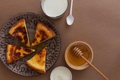 Bakad pudding med mjölkar och honung Royaltyfria Foton