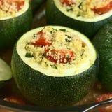 Bakad zucchini som är välfylld med Couscous och tomaten Royaltyfri Bild