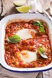 Bakade ägg med grönsaker och kikärtar Arkivfoto