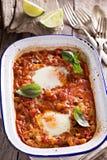 Bakade ägg med grönsaker och kikärtar Fotografering för Bildbyråer