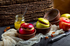 Bakade äpplen duggade med honung med muttrar och torkade bär Royaltyfri Bild
