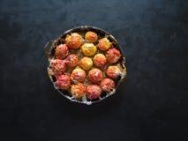 Bakade äpplen i en stekpanna med ingefäran, kanel, honung och peppar på en svart bakgrund fotografering för bildbyråer