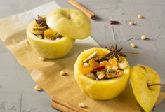 Bakade äpplen med kanel Arkivfoto