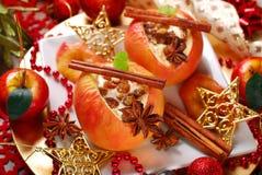Bakade äpplen med ost och russin för jul Arkivfoton