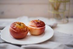 Bakade äpplen på en vit bakgrund arkivbilder
