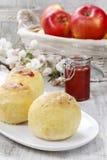 Bakade äpplen som är välfyllda med driftstopp Royaltyfria Bilder