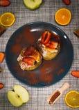 Bakade äpplen som slås in i smördeg fotografering för bildbyråer