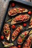 Bakade aubergine som är välfyllda med grönsaker Arkivfoto