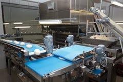 Bakade bröd på produktionen Arkivbild