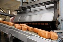 Bakade bröd på produktionen Arkivfoton