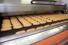 Bakade bröd på produktionen Royaltyfri Foto