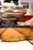 Bakade bröd på produktionlinjen Royaltyfria Bilder