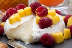 Bakade Brie Cheese och frukter Arkivbild