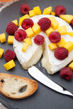 Bakade Brie Cheese och frukter Royaltyfria Foton