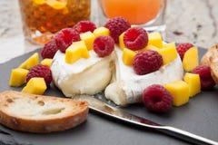 Bakade Brie Cheese och frukter Arkivbilder