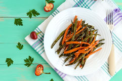 Bakade haricot vert och morötter - strikt vegetarian bantar Royaltyfria Bilder