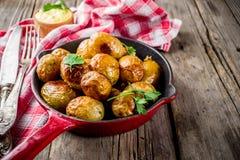Bakade hela unga potatisar Arkivbilder