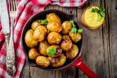 Bakade hela unga potatisar Arkivfoto