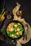 Bakade köttbullar av den fega filén med garnering med quinoaen och kokaad broccoli fotografering för bildbyråer