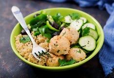 Bakade köttbullar från kalkonfilén med garnering av quinoaen och sallad från nya grönsaker royaltyfria bilder